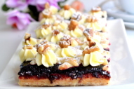 Smilšu - valriekstu - upeņu kūka
